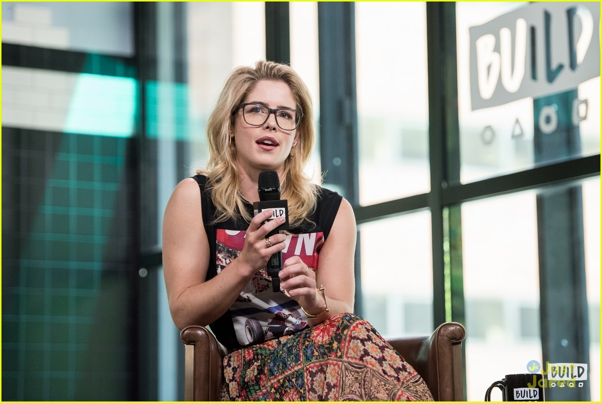 emily bett rickards felicity smoak quiz build 17