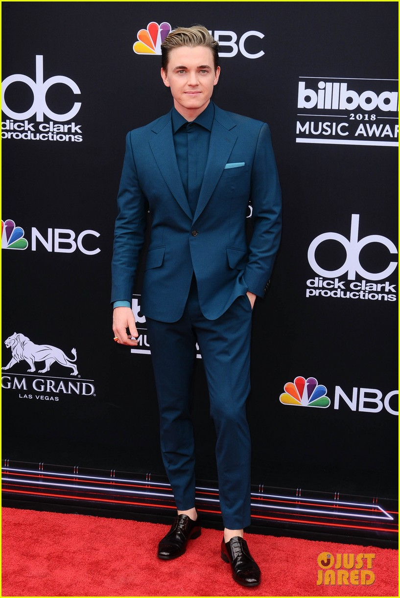jesse mccartney brings girlfriend katie peterson to billboard awards 04