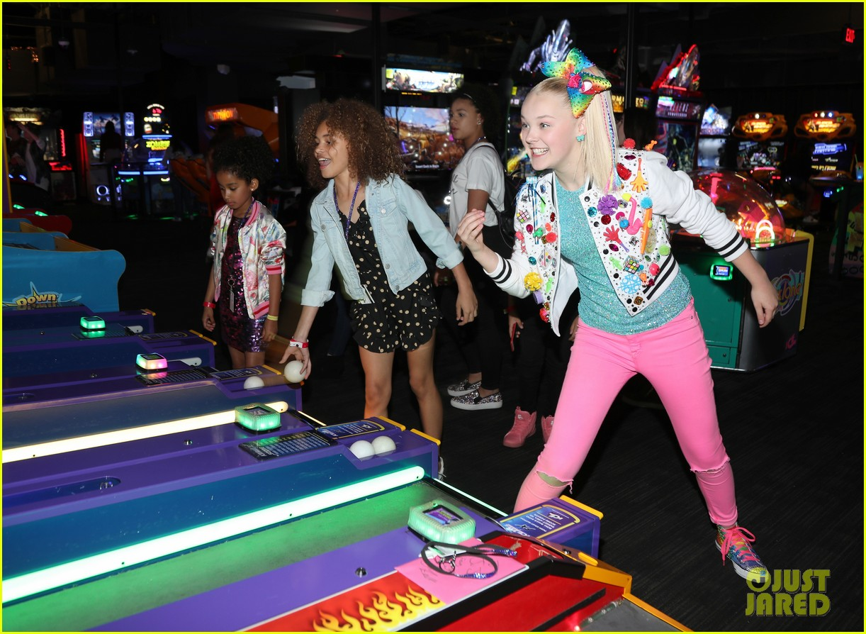 jojo siwa celebrates birthday dave and busters 08