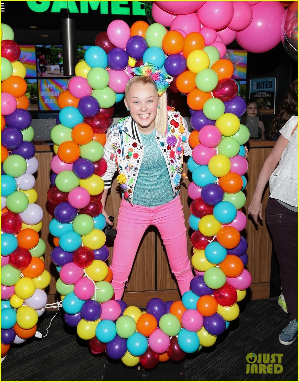 jojo siwa celebrates birthday dave and busters 10