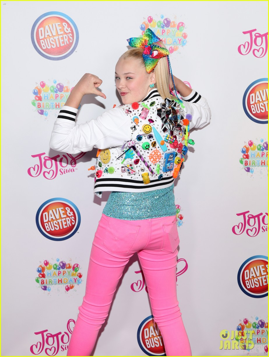 jojo siwa celebrates birthday dave and busters 17