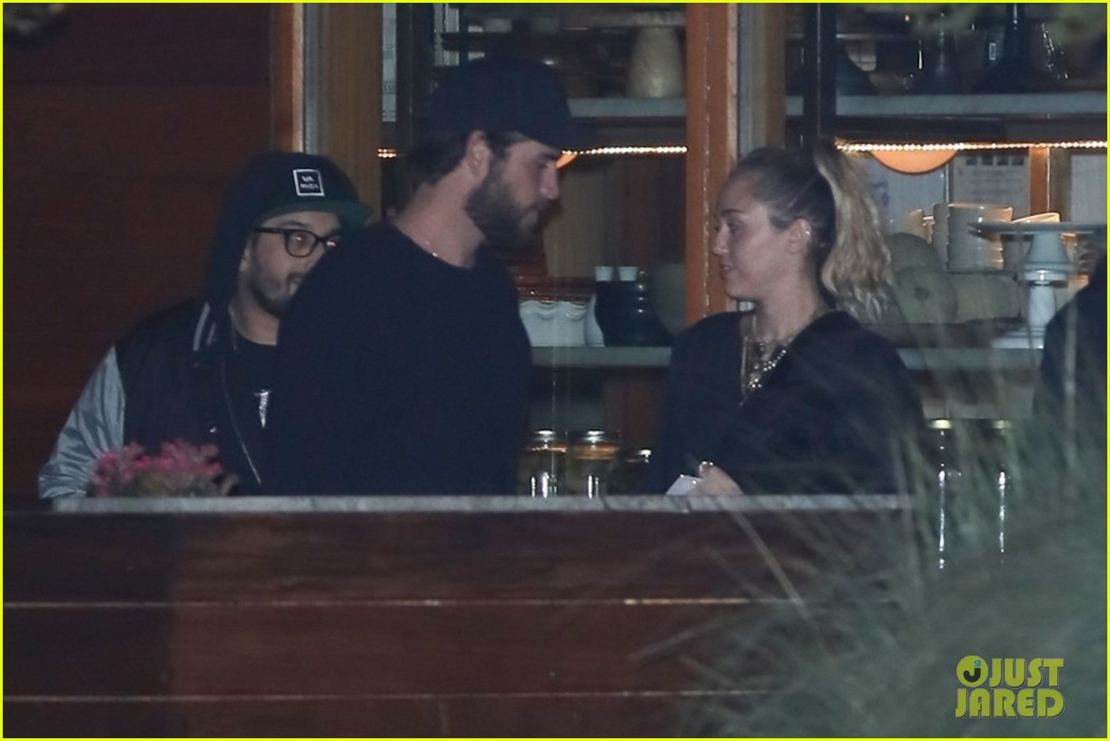 miley cyrus liam hemsworth grab late night dinner 02