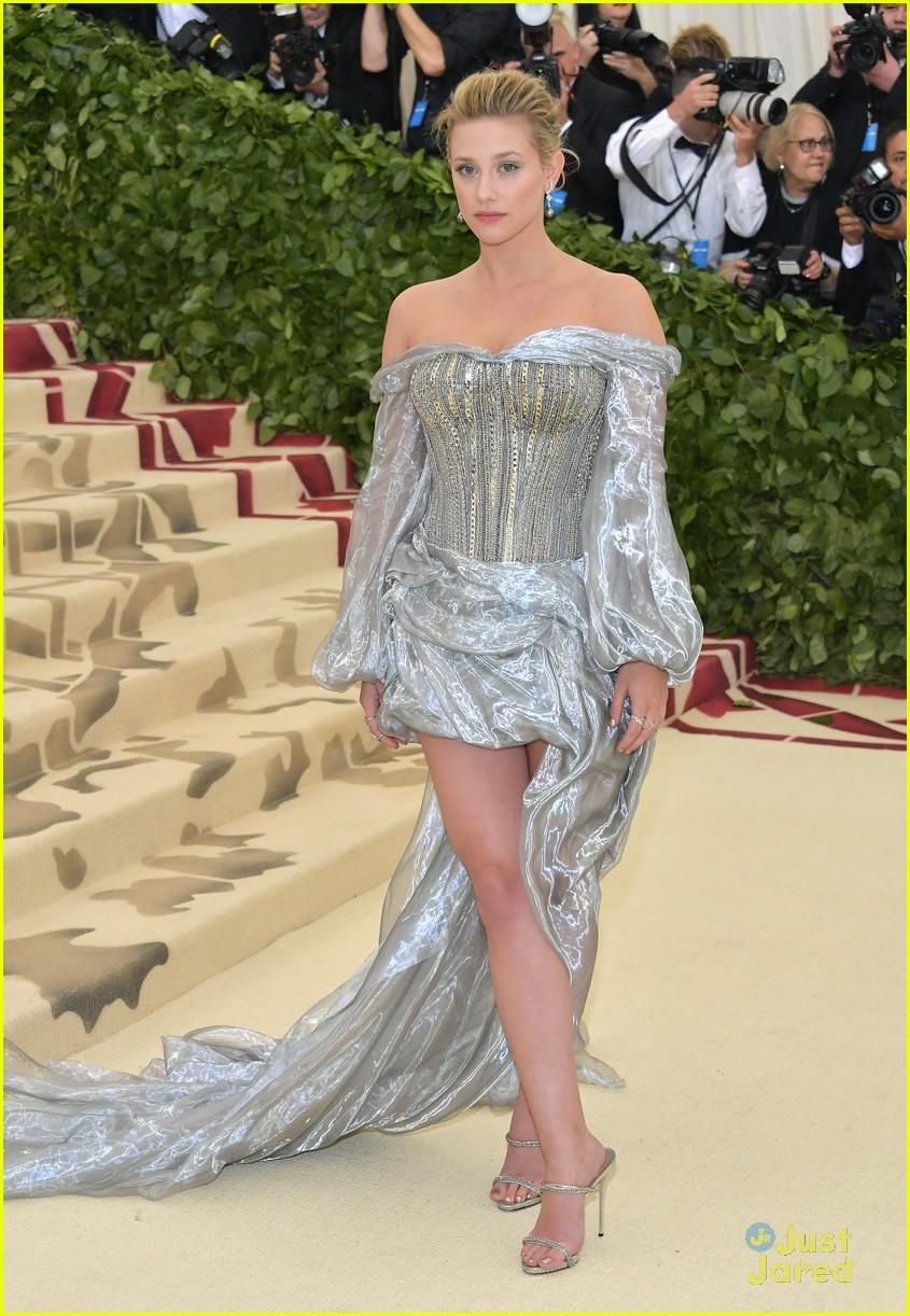 lili reinhart fashion details met gala 02