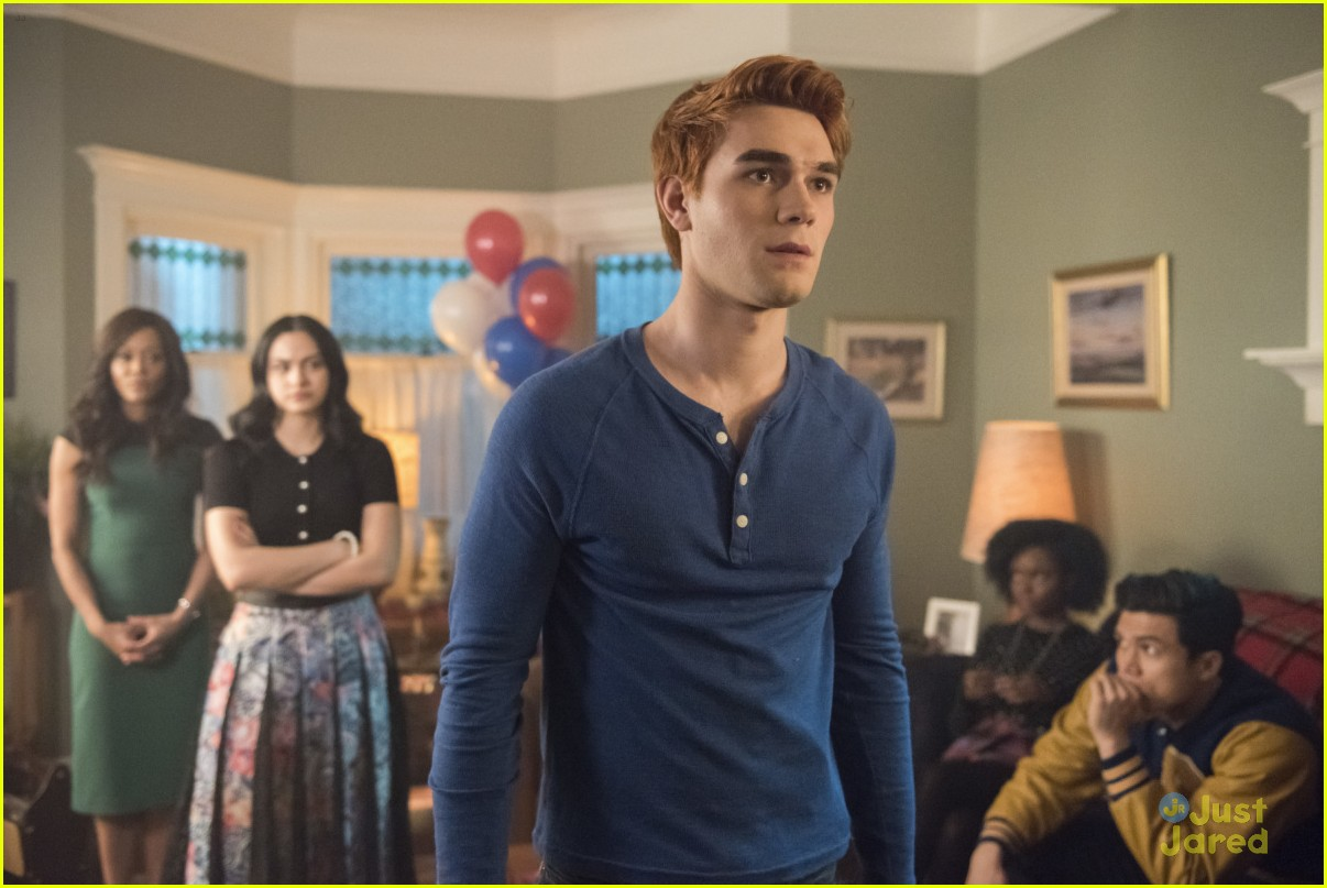 riverdale finale cast talks stills 09
