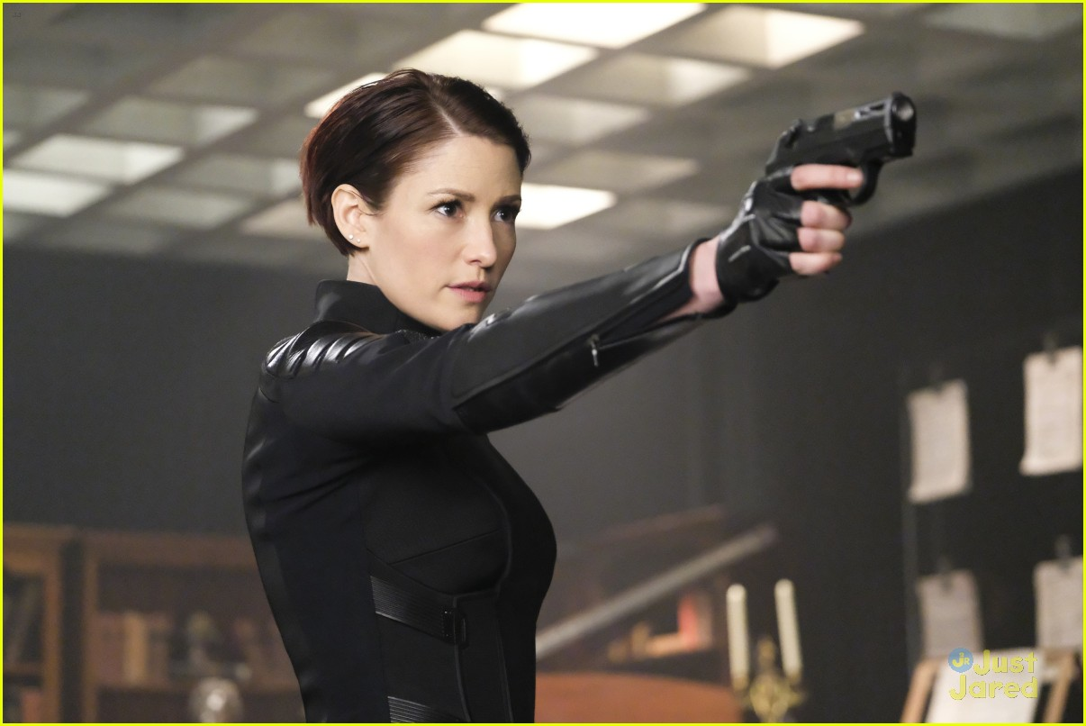 alex ruby bond protect supergirl tonight 03