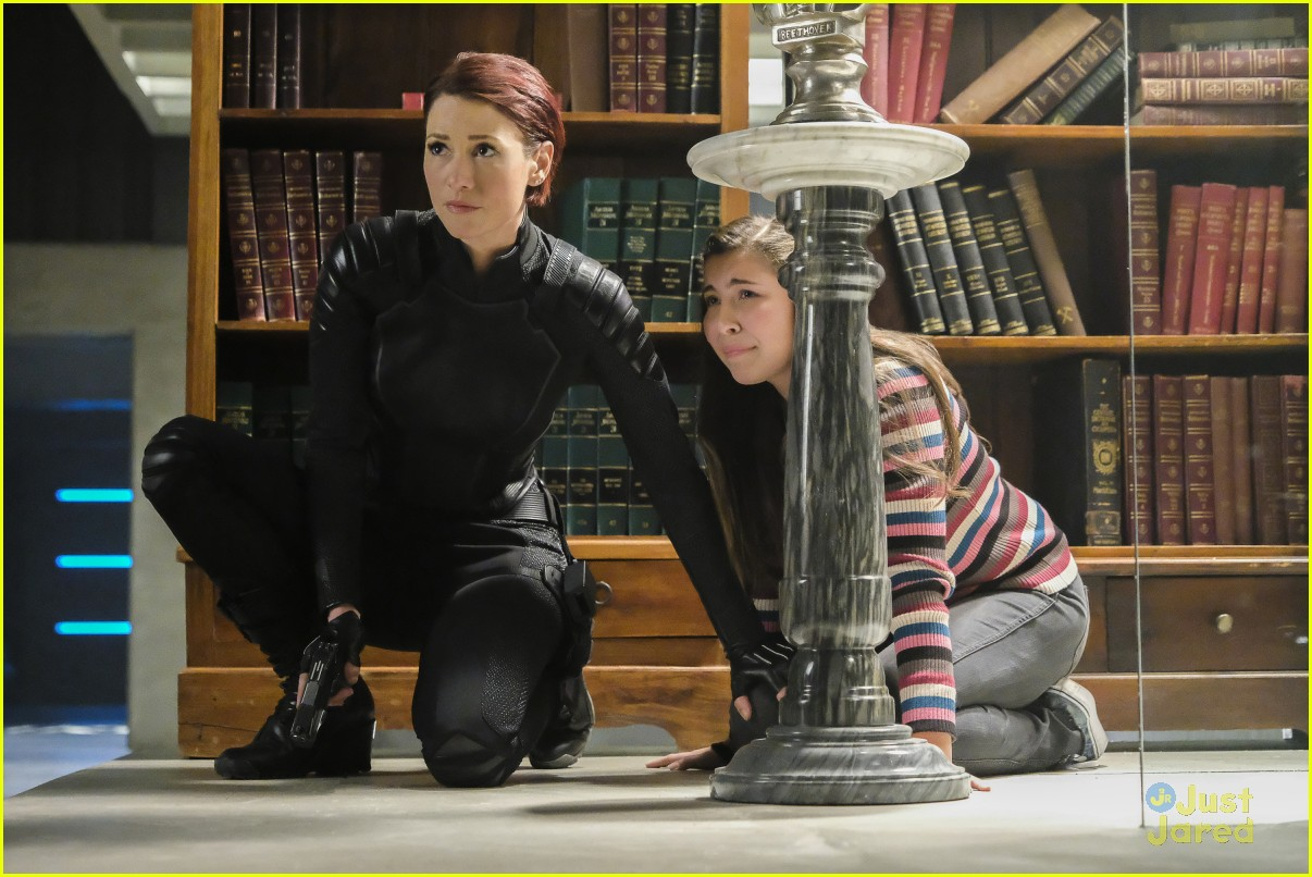 alex ruby bond protect supergirl tonight 05