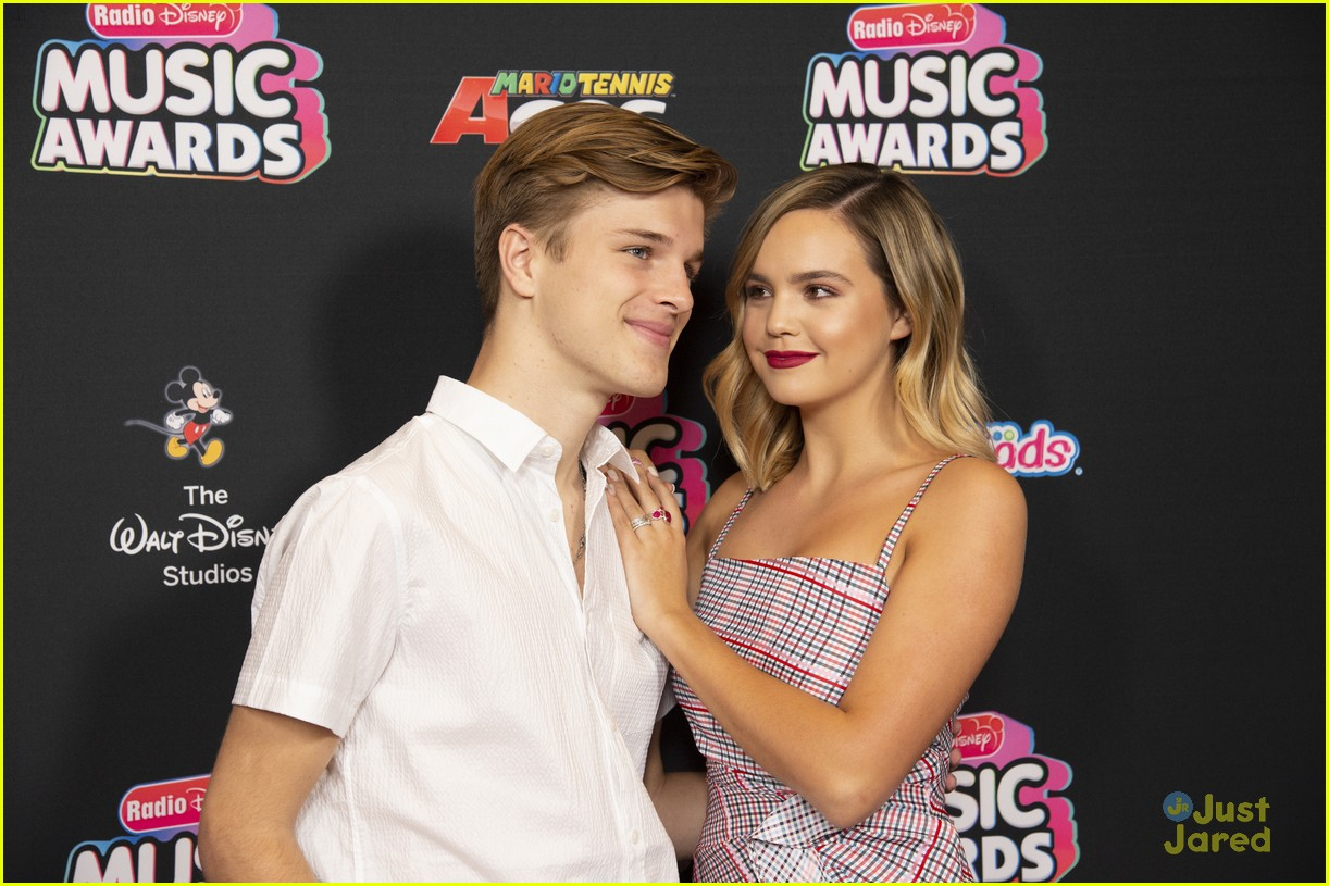bailee madison alex lange couple up rdmas 2018 14