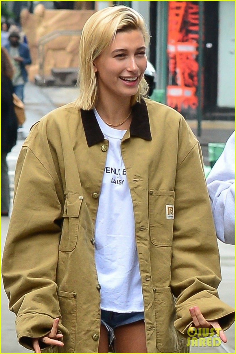 justin bieber hailey baldwin get silly during starbucks run 04