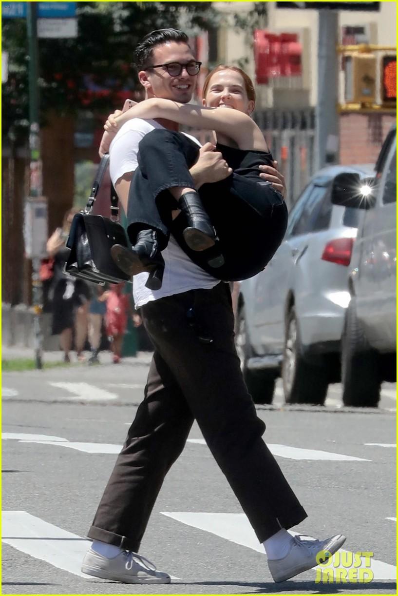 zoey deutch boyfriend dylan hayes carries her 01