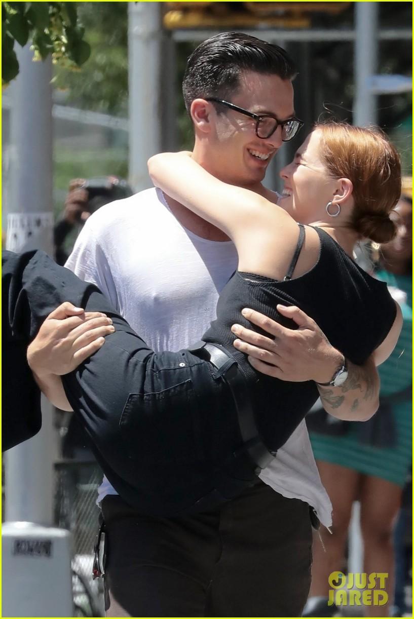 zoey deutch boyfriend dylan hayes carries her 02