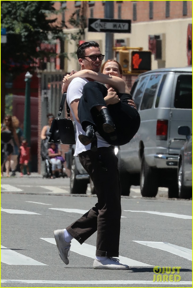 zoey deutch boyfriend dylan hayes carries her 09