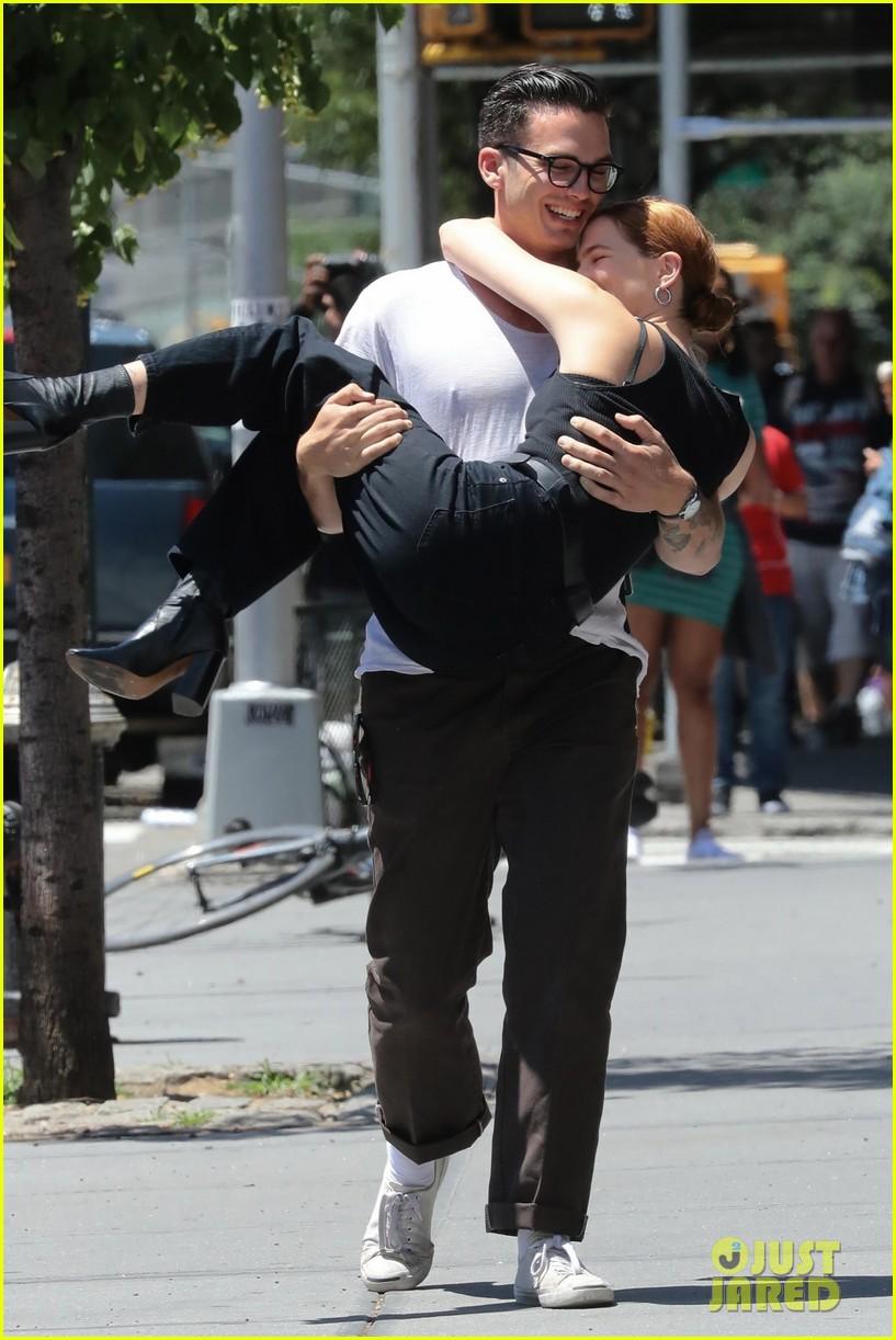 zoey deutch boyfriend dylan hayes carries her 10