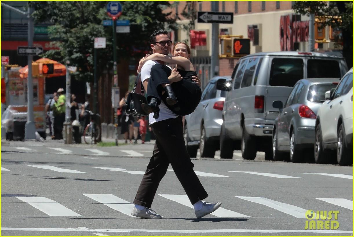 zoey deutch boyfriend dylan hayes carries her 12