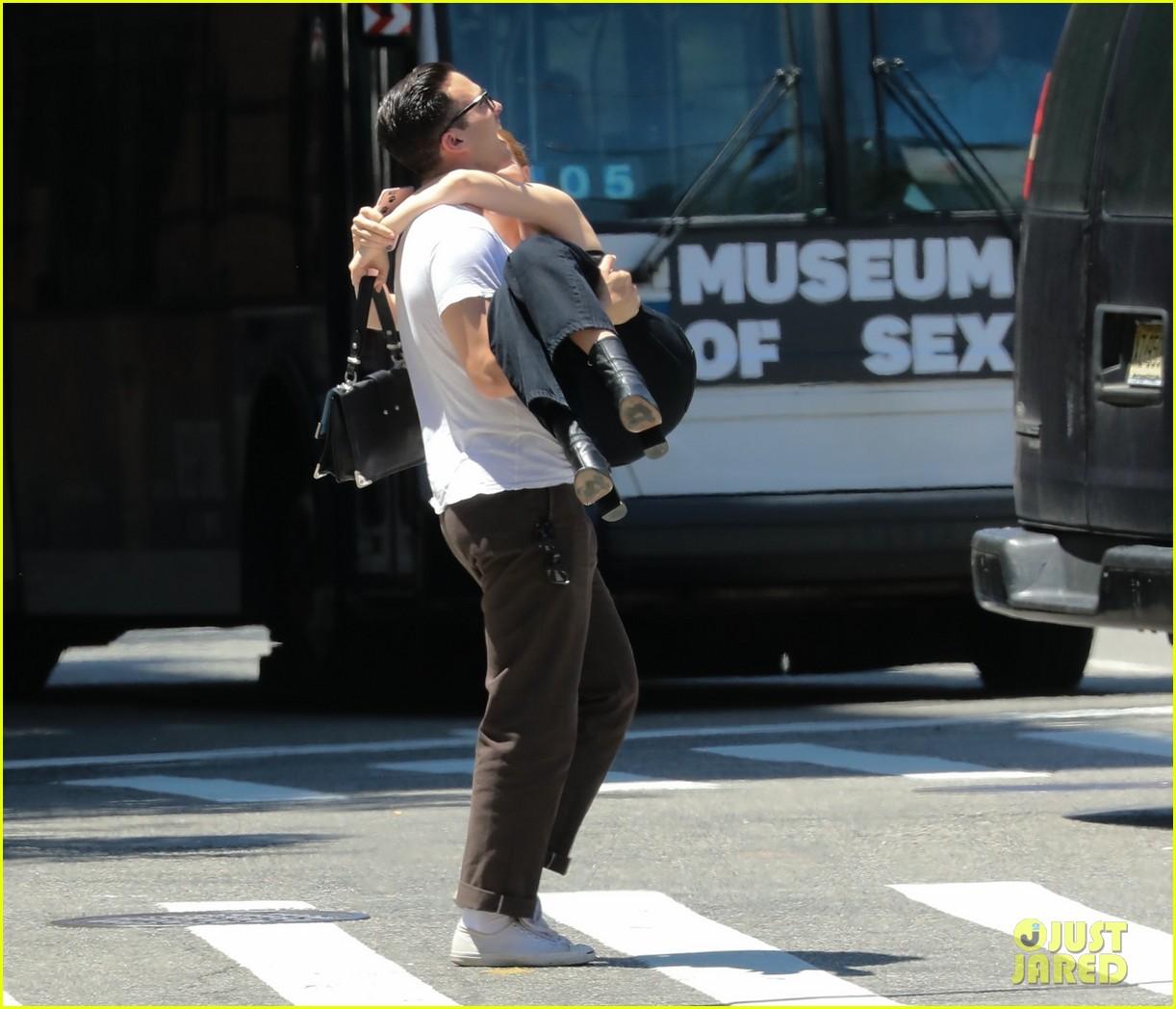 zoey deutch boyfriend dylan hayes carries her 14