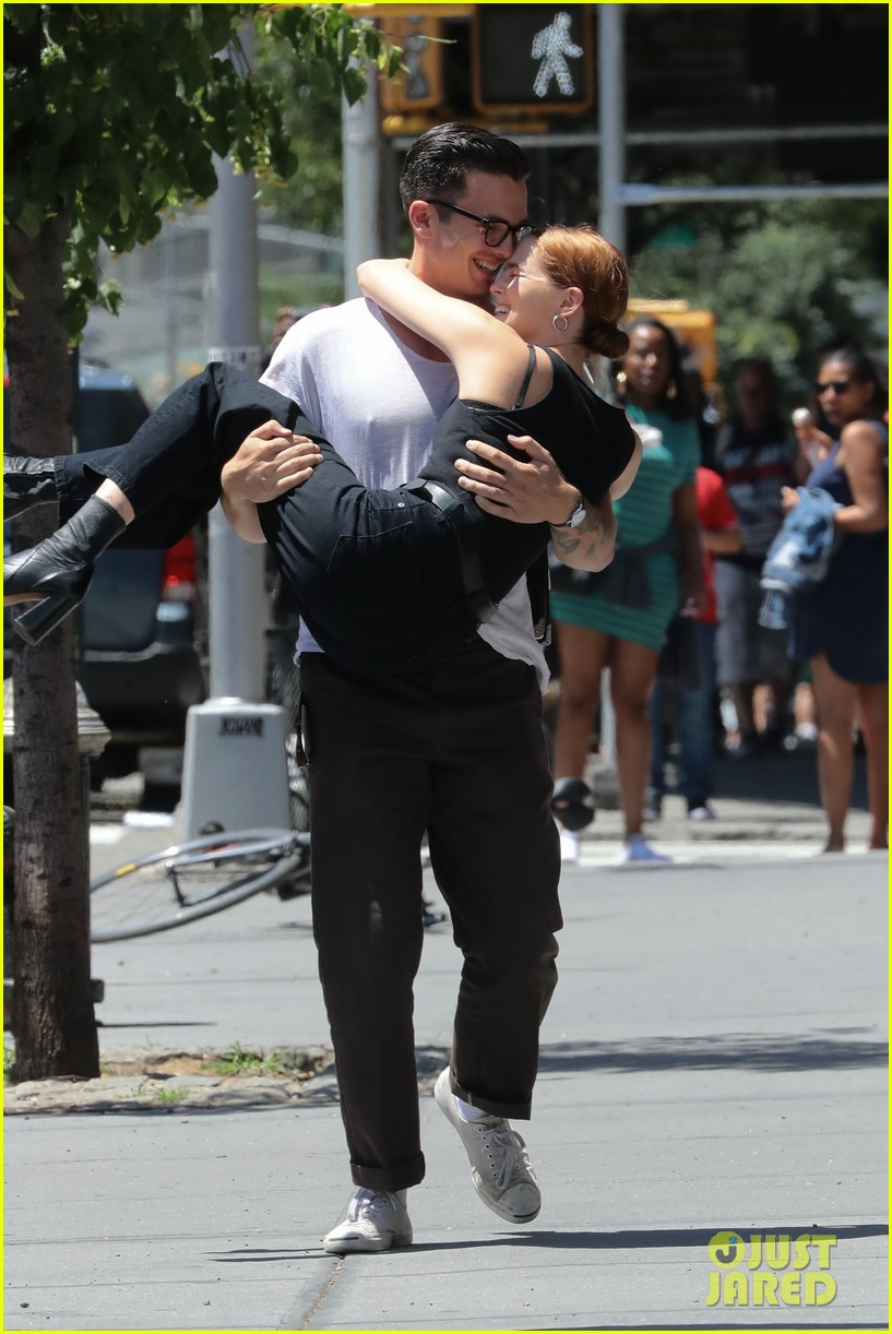 zoey deutch boyfriend dylan hayes carries her 15