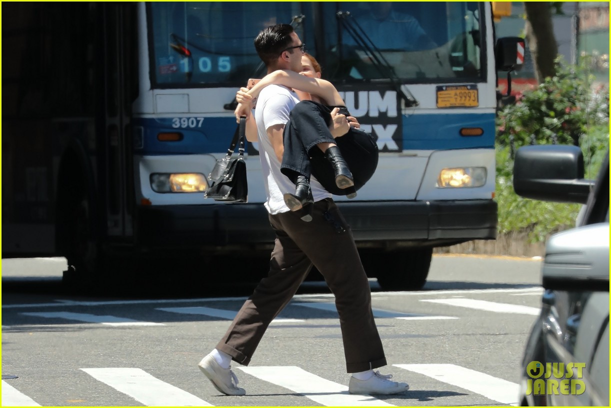 zoey deutch boyfriend dylan hayes carries her 16