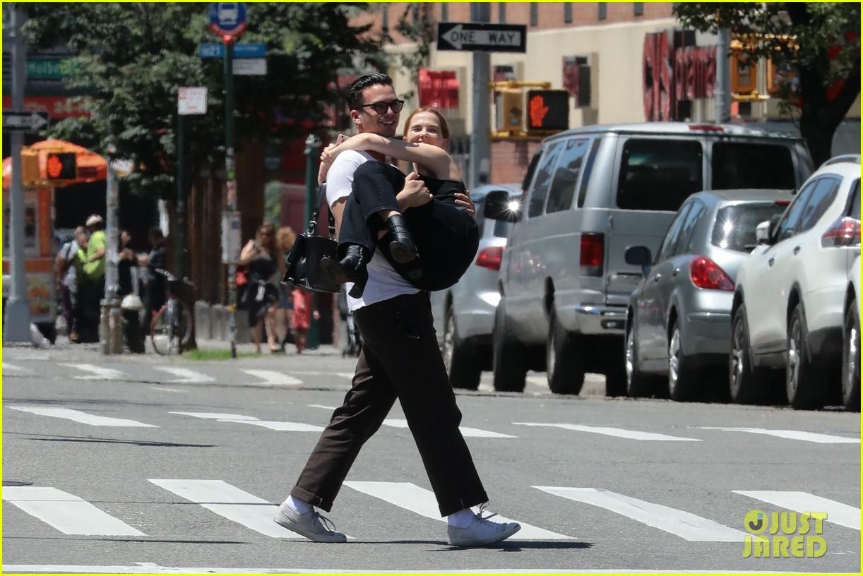 zoey deutch boyfriend dylan hayes carries her 18