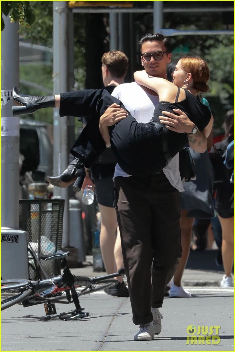 zoey deutch boyfriend dylan hayes carries her 19