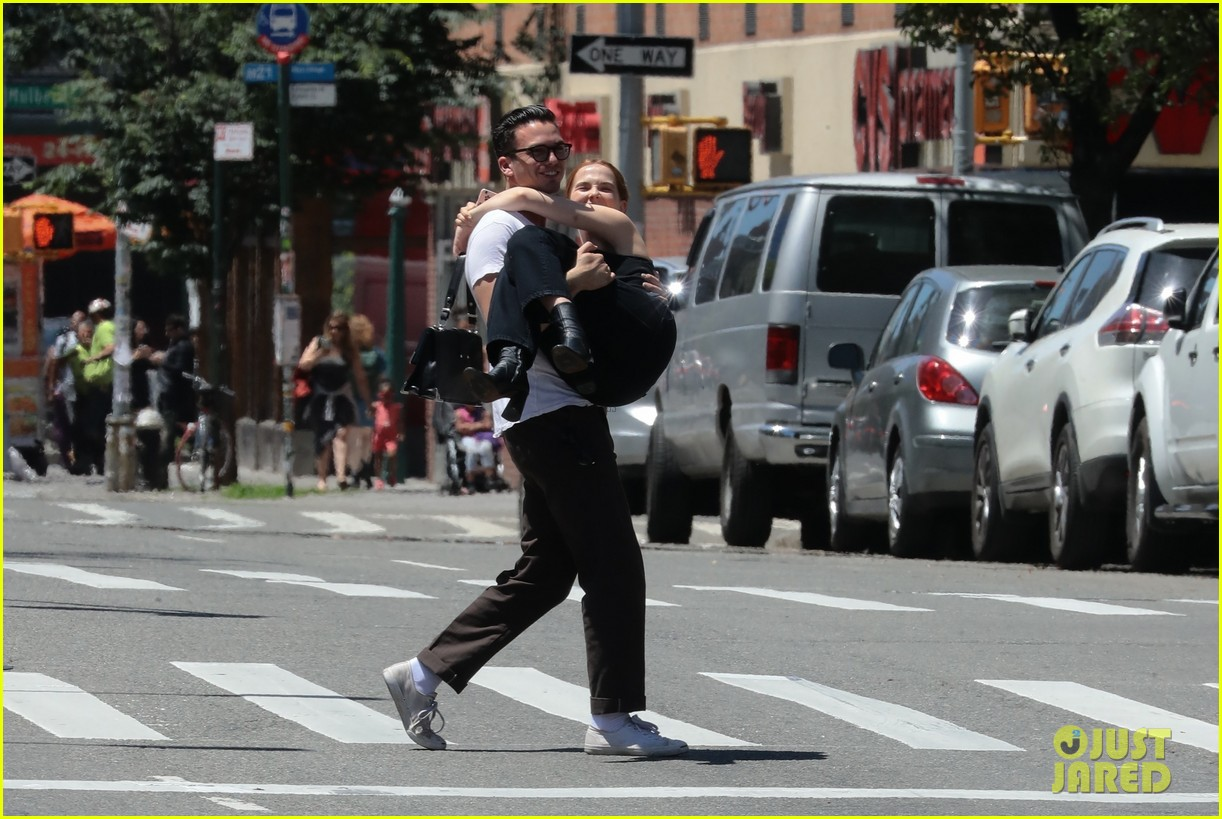 zoey deutch boyfriend dylan hayes carries her 22