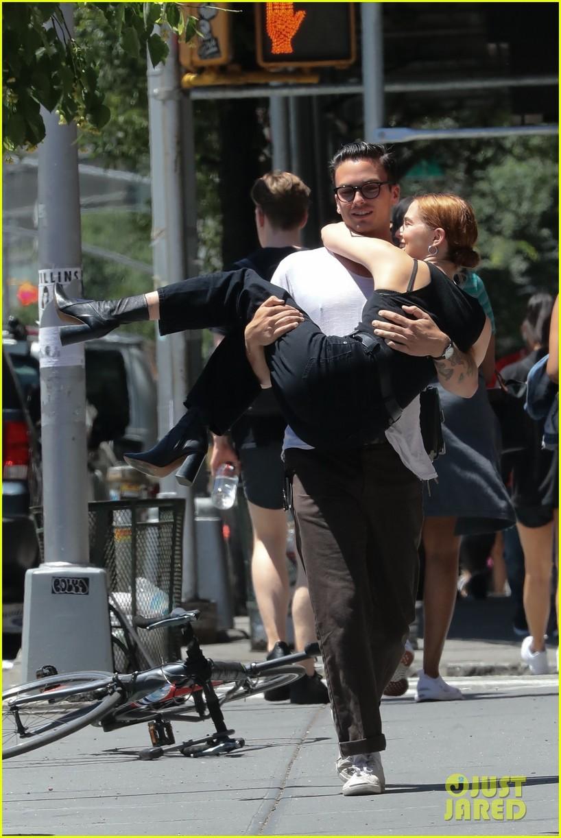 zoey deutch boyfriend dylan hayes carries her 23