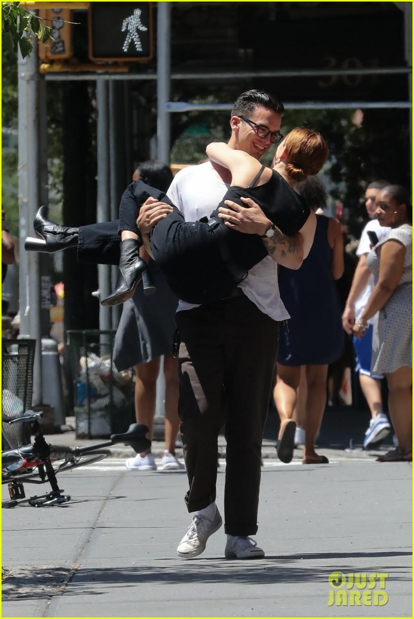 zoey deutch boyfriend dylan hayes carries her 25