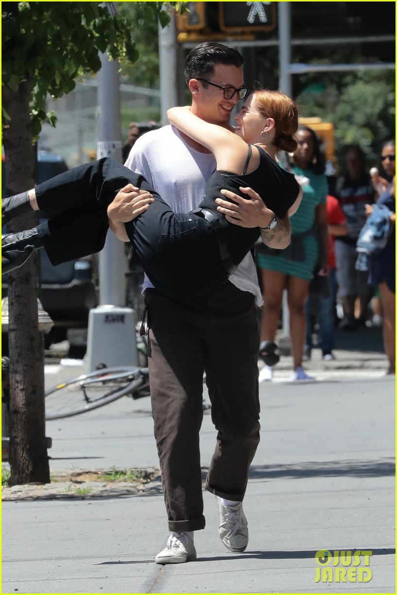 zoey deutch boyfriend dylan hayes carries her 40