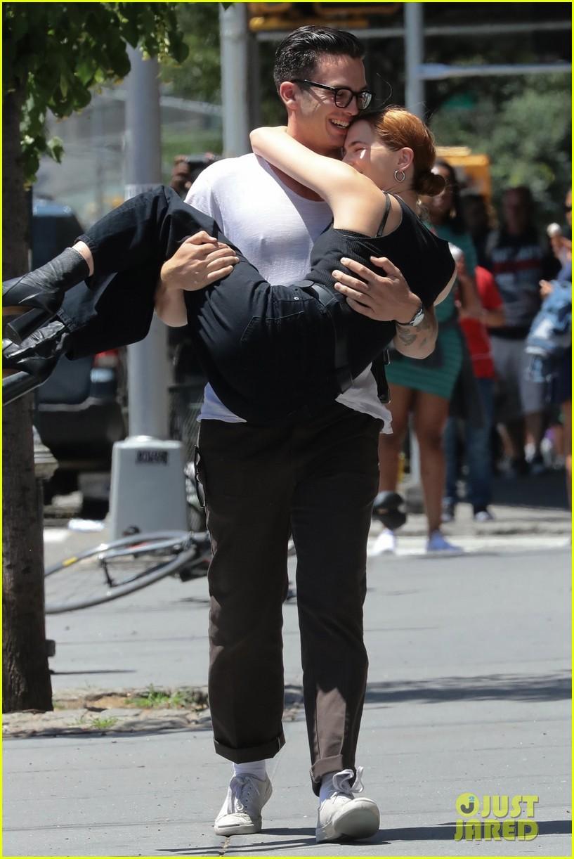 zoey deutch boyfriend dylan hayes carries her 41