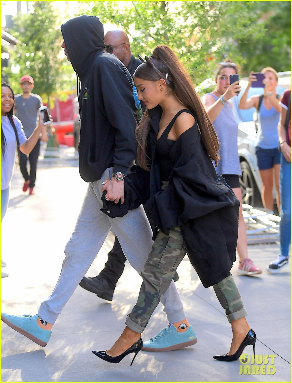 Ariana Grande Amp Pete Davidson Hold Hands Ahead Of Her 25th