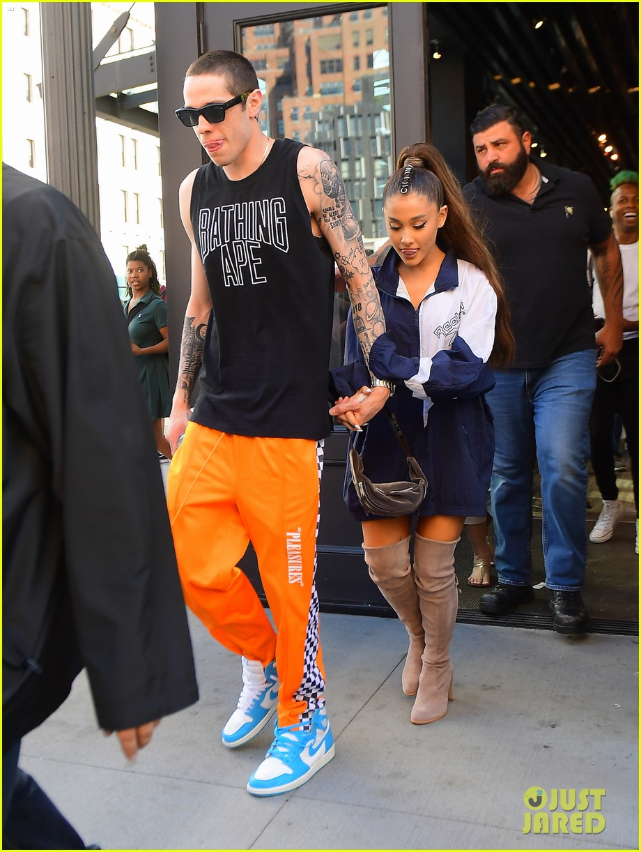 ariana grande holds hands with fiance pete davidson 01