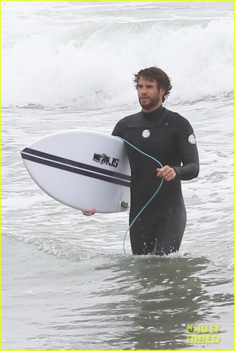 liam hemsworth bares hot bod while stripping out of wetsuit 32