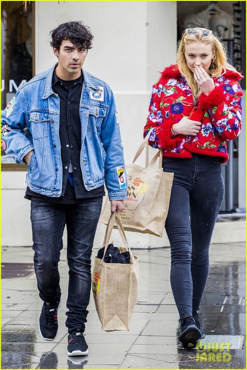 joe jonas and sophie turne do some shopping in bondi 04