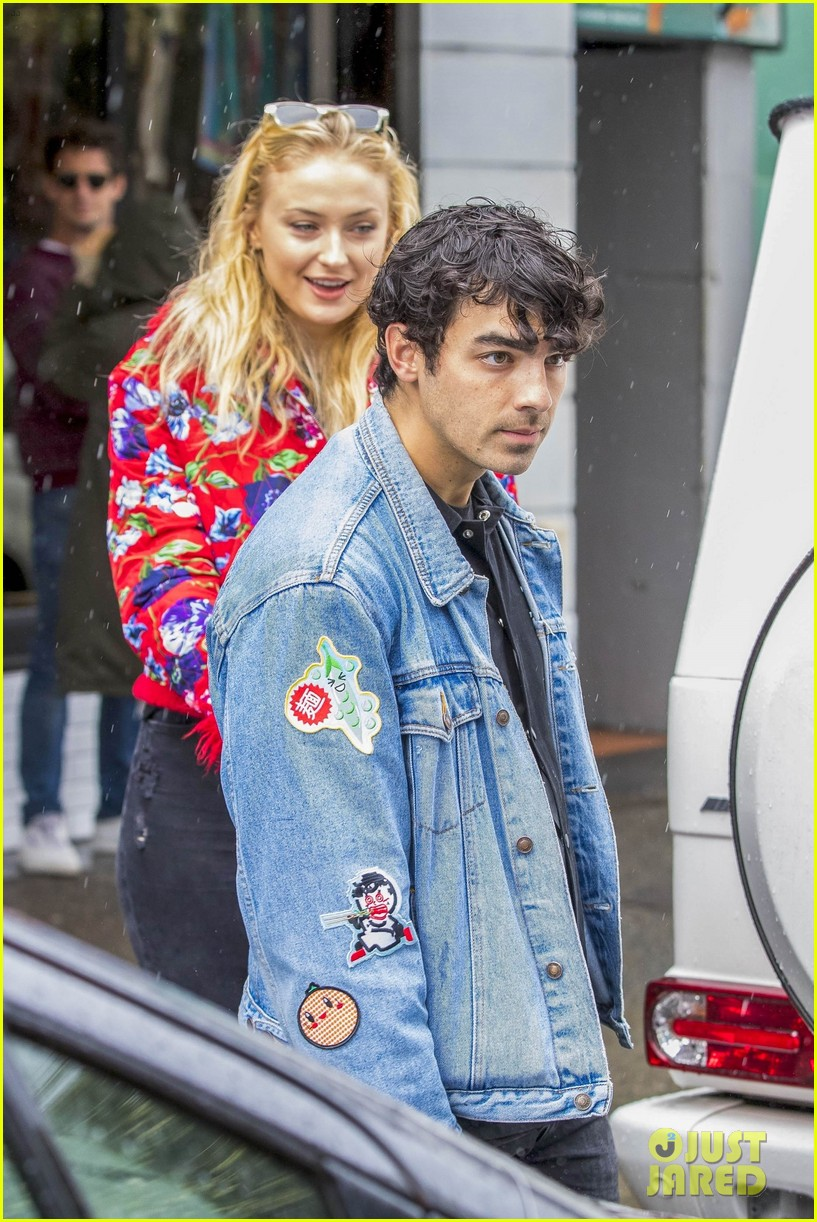 joe jonas and sophie turne do some shopping in bondi 05