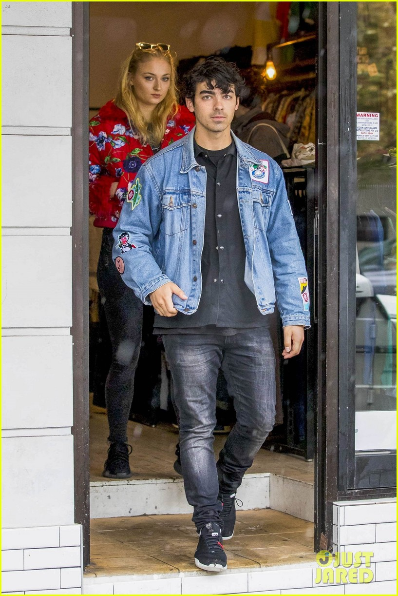 joe jonas and sophie turne do some shopping in bondi 06