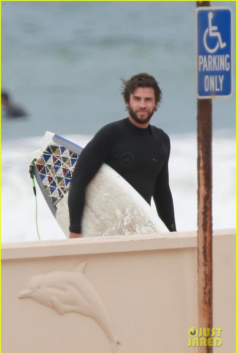 liam hemsworth hits the waves with brother luke 01