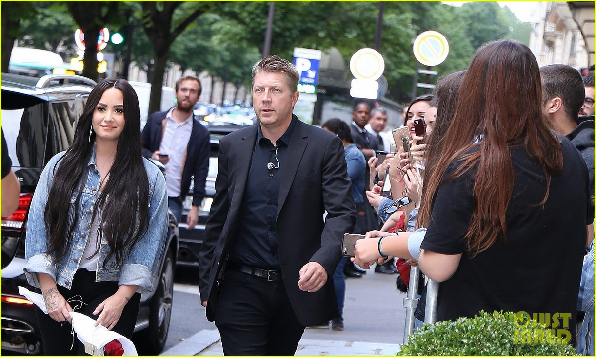 demi lovato steps out with bodyguard 02