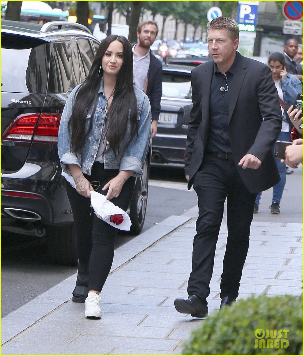 demi lovato steps out with bodyguard 03