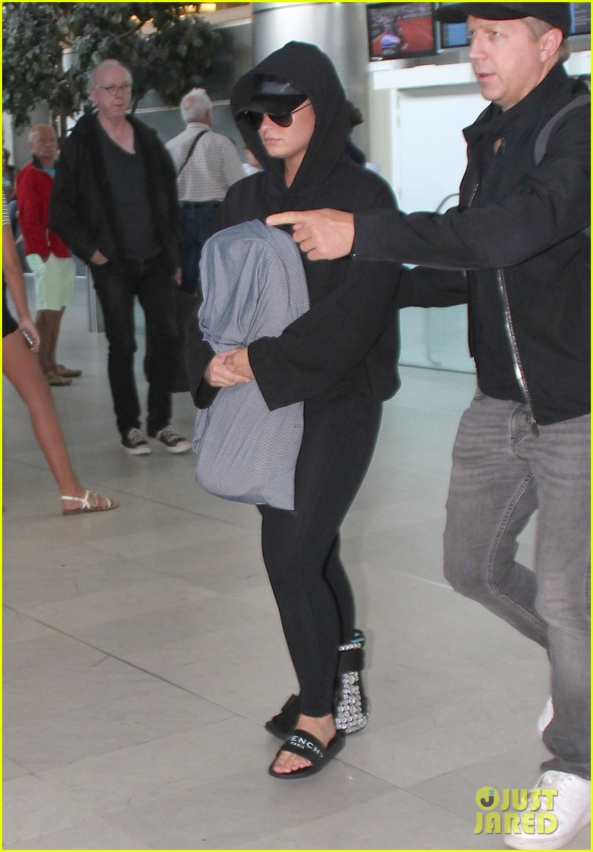 demi lovato steps out with bodyguard 06