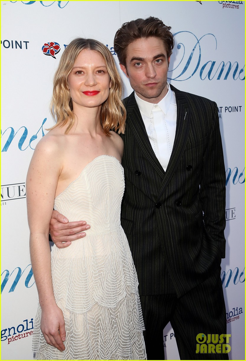 robert pattinson mia wasikowska step out for damsel premiere 03