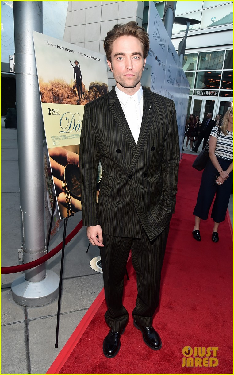 robert pattinson mia wasikowska step out for damsel premiere 07