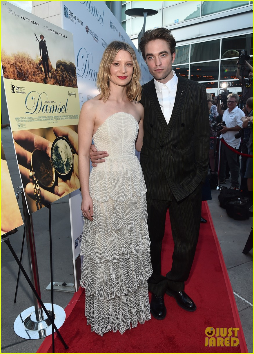 robert pattinson mia wasikowska step out for damsel premiere 08
