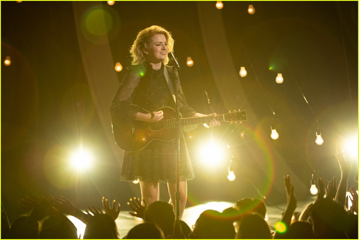 maddie poppe performs acoustic version of going going gone at rdmas2 03