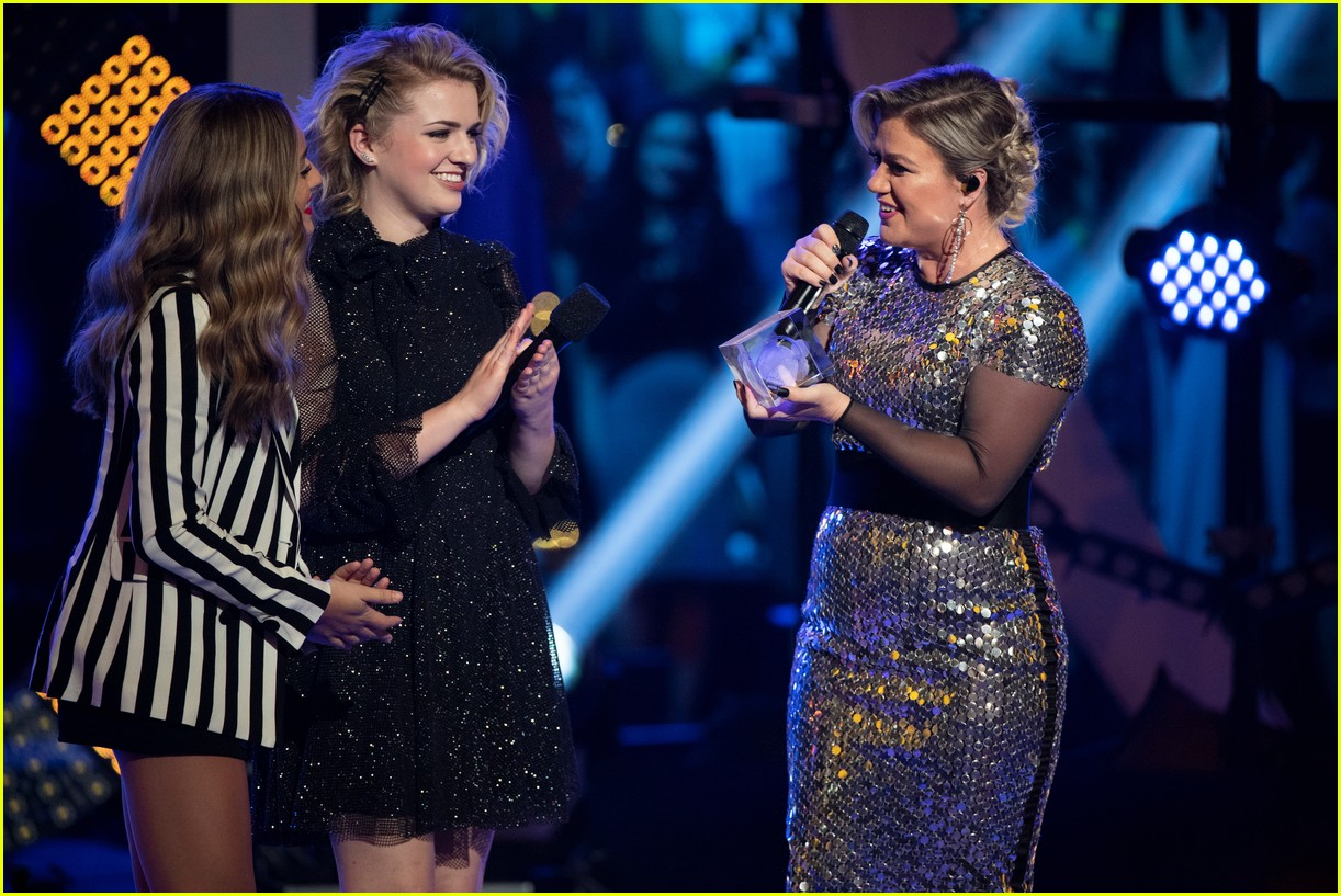 maddie poppe performs acoustic version of going going gone at rdmas2 25