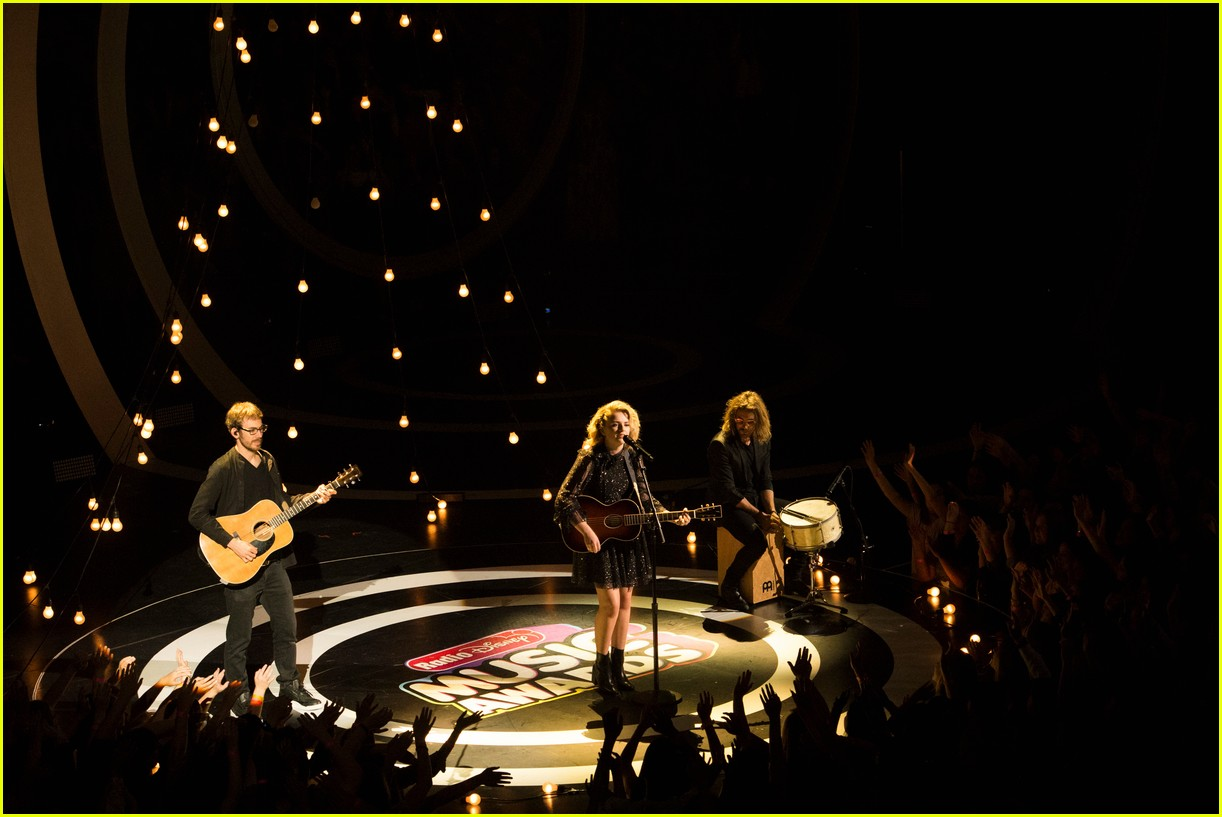 maddie poppe performs acoustic version of going going gone at rdmas2 28