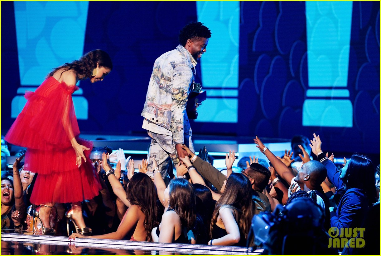 zendaya presents chadwick boseman with best performance in a movie at mtv movie tv awards 04