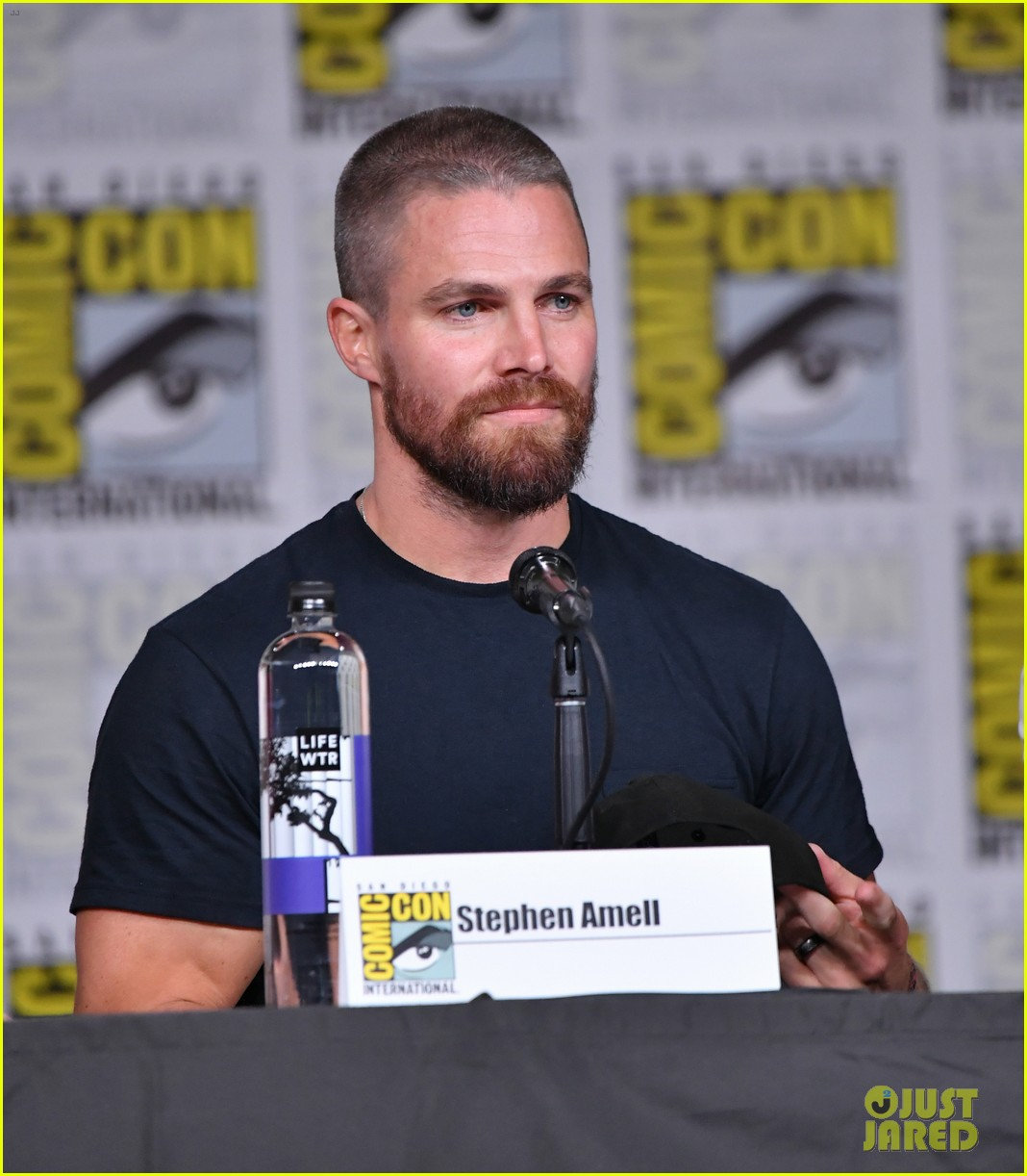 stephen amell arrow costars debut season 7 first look at comic con 21