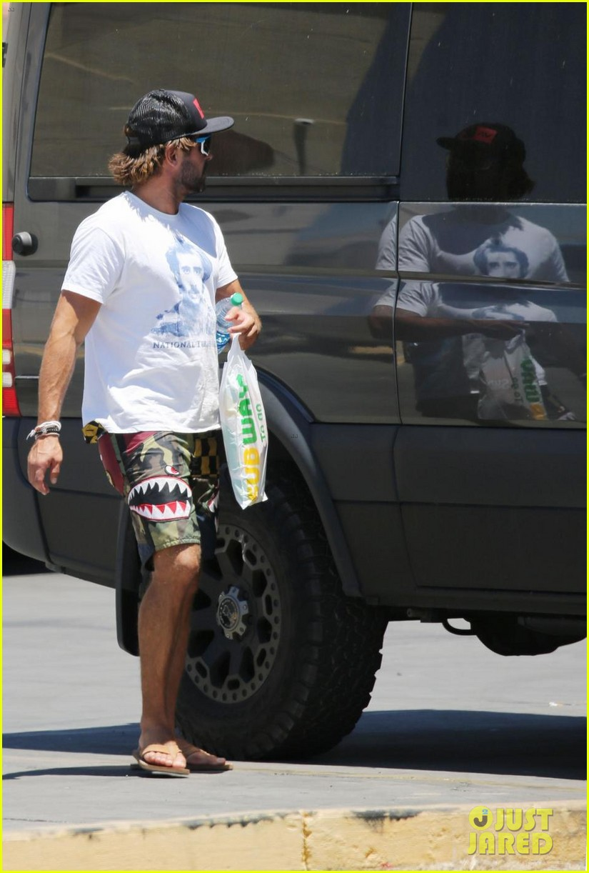 zac efron picks up subway while on vacation in arizona 03