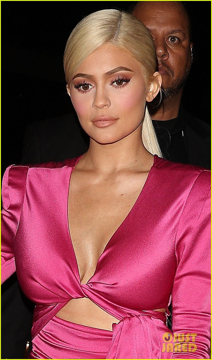 kylie jenner bleaches her hair blonde for 21 birthday 03