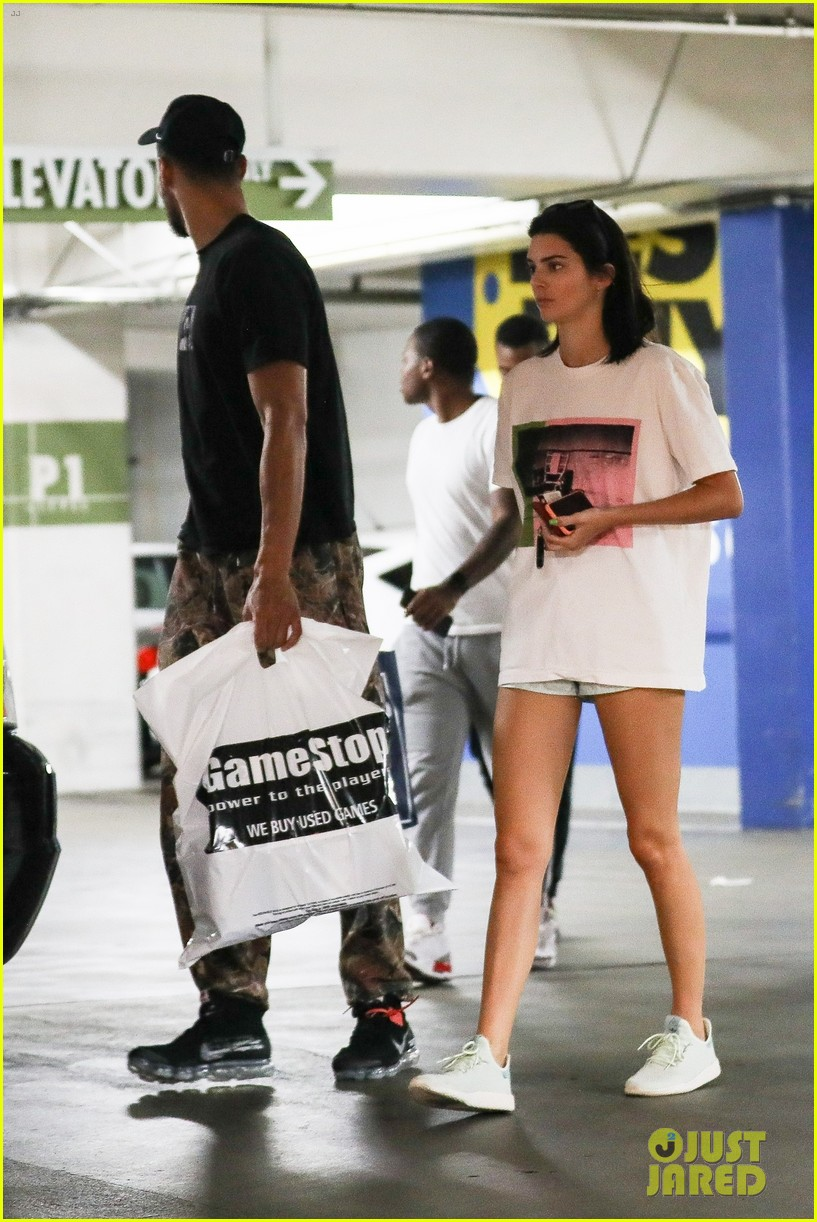 kendall jenner ben simmons stock up on games 03