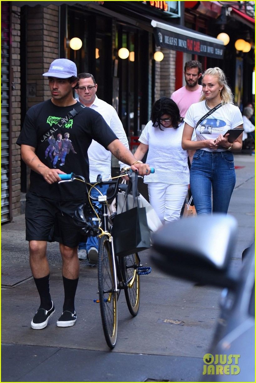 joe jonas sophie turner hang out with his parents in nyc 05