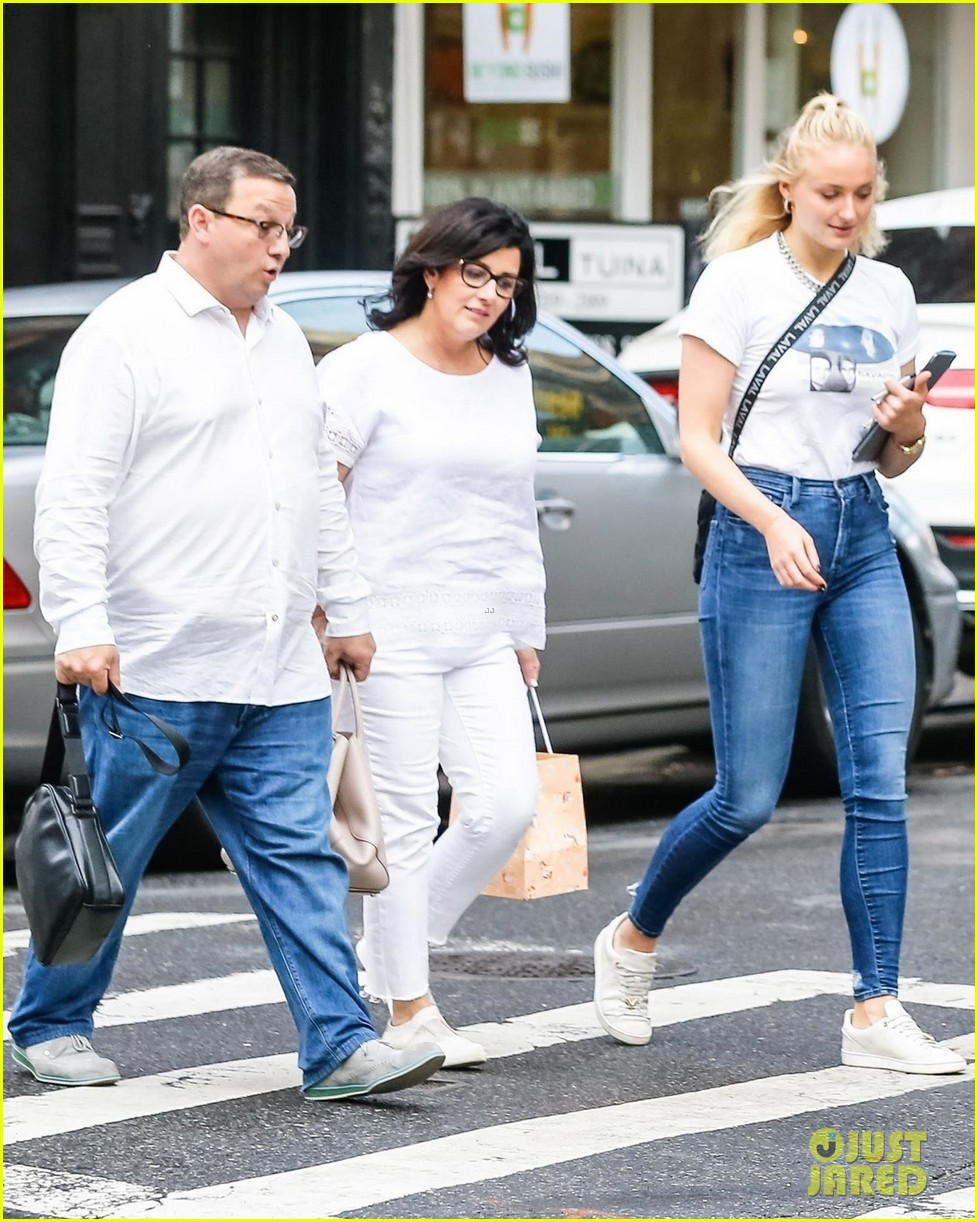 joe jonas sophie turner hang out with his parents in nyc 06